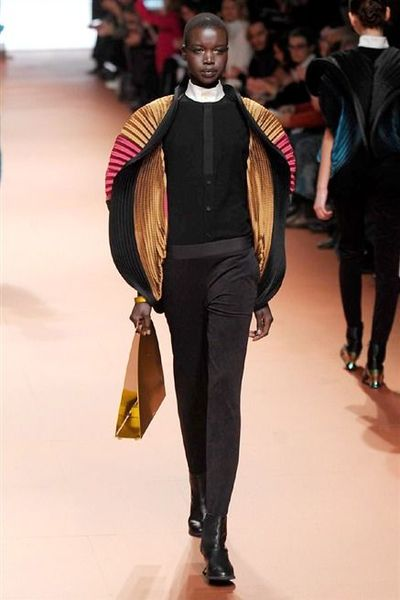 photo-10-photos-du-defile-issey-miyake-femme-automne-hiver-2014-2015_4804076