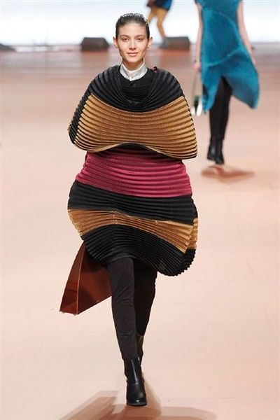 photo-8-photos-du-defile-issey-miyake-femme-automne-hiver-2014-2015_4804072